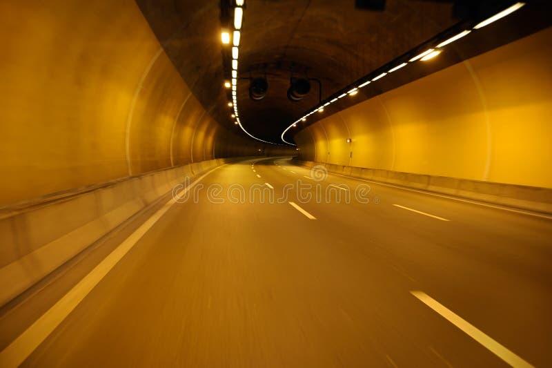Camino vacío de la carretera en el túnel de la noche imagenes de archivo