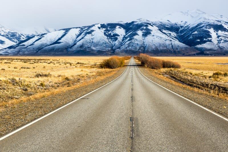 Camino vacío en el EL Calafate, Patagonia la Argentina imágenes de archivo libres de regalías