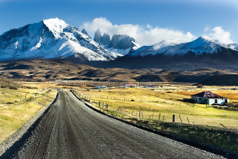 Camino vacío en el parque nacional Torres del Paine imagen de archivo libre de regalías