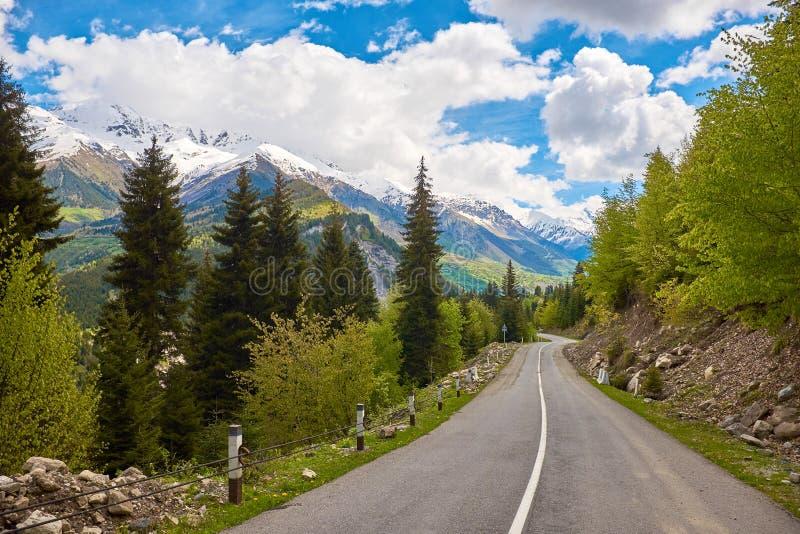 Camino vacío en las montañas de Svaneti imagen de archivo