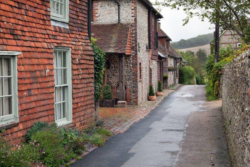 Camino vacío en un pueblo inglés tradicional imagenes de archivo