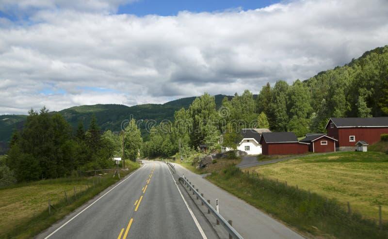 Camino vacío escénico en montañas hermosas de Noruega imágenes de archivo libres de regalías