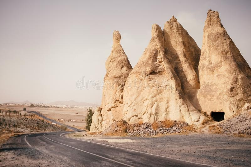 Camino vacío a través del valle de la montaña en Cappadocia, Turquía fotografía de archivo libre de regalías