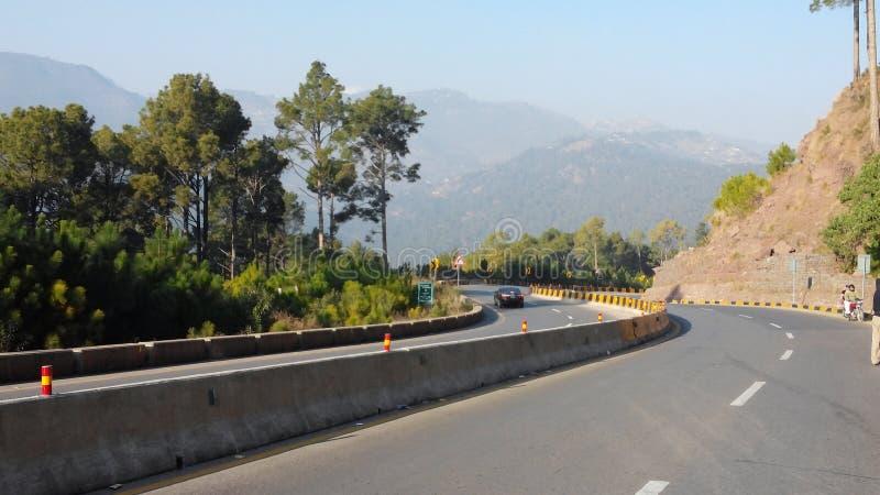 camino a viajar en áreas de la colina foto de archivo