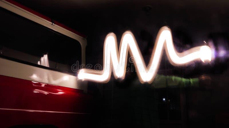Camino viejo de la señal ligera del coche en la noche fotografía de archivo