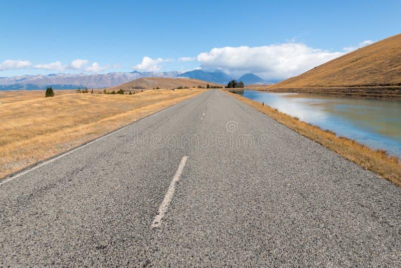Camino y canal que llevan para montar al cocinero National Park en Nueva Zelanda fotografía de archivo