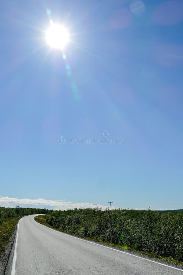 camino y cielo azul, en Suecia Escandinavia Europa del norte fotos de archivo libres de regalías
