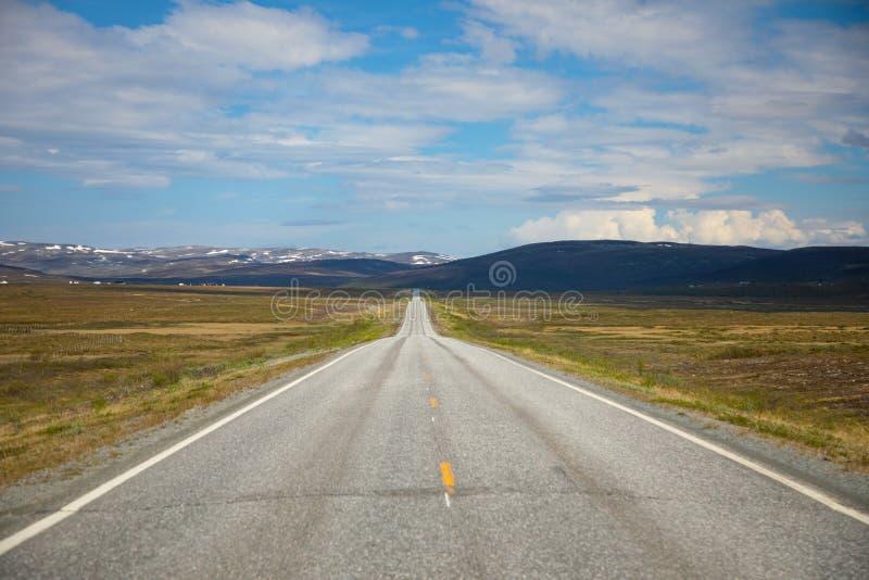 Camino y cielo hermoso en día soleado, Noruega de la estepa imagen de archivo libre de regalías