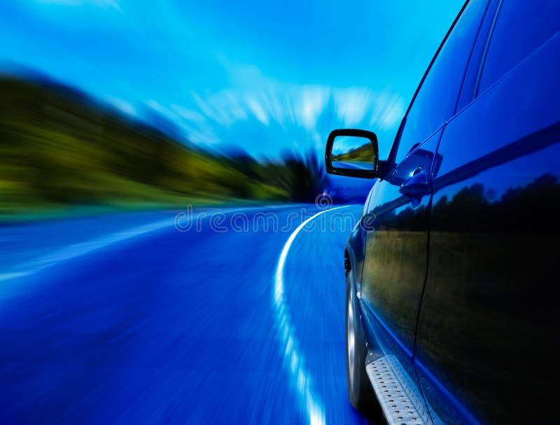 Camino y coche imagenes de archivo