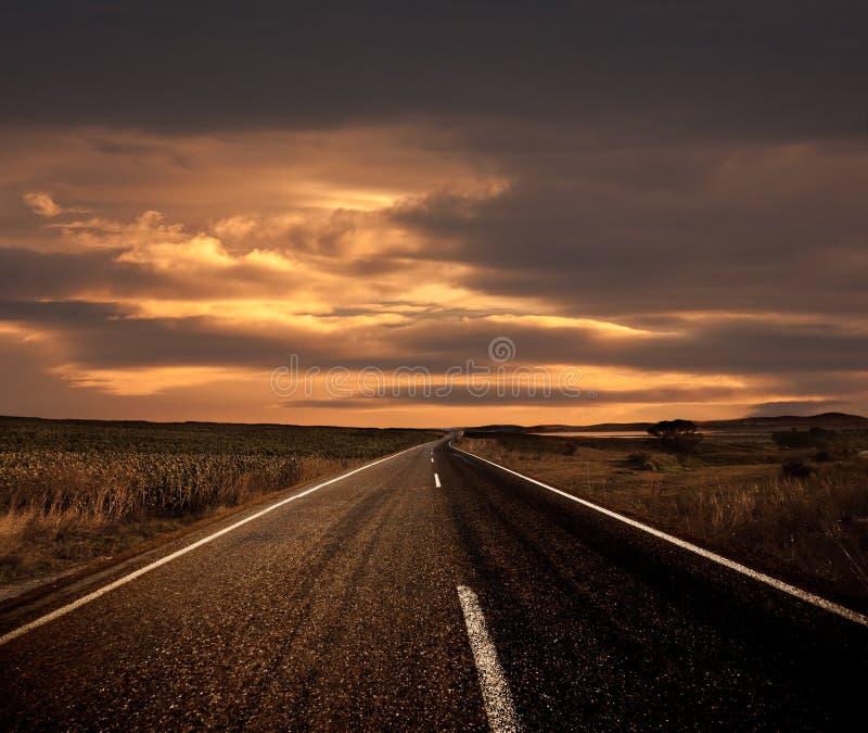 Camino y la puesta del sol fotos de archivo