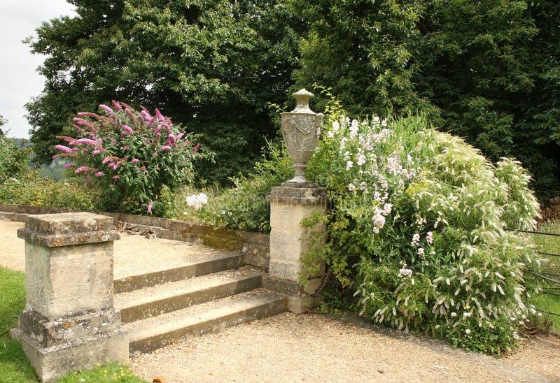 Camino y pasos de progresión en un jardín inglés del país fotografía de archivo
