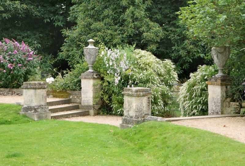 Camino y pasos de progresión en un jardín inglés del país foto de archivo libre de regalías