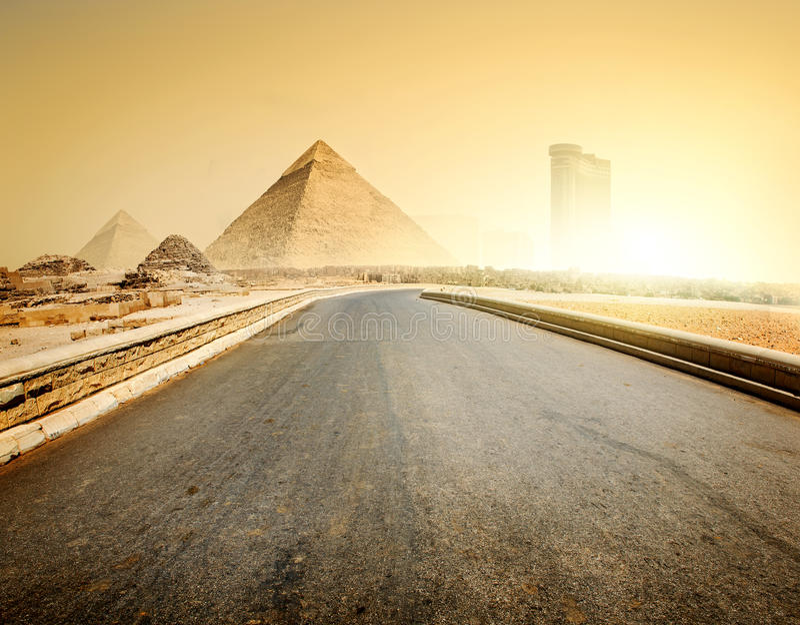 Camino y pirámides imagen de archivo