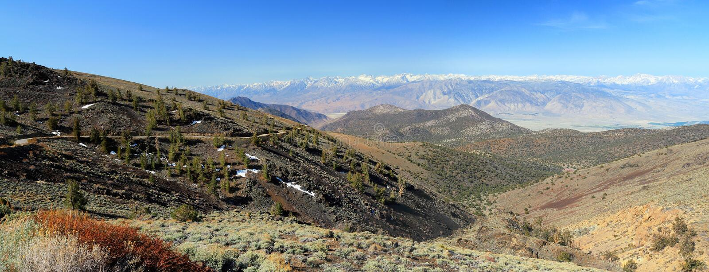 Camino y Sierra Nevada blancos, California, panorama de la montaña foto de archivo