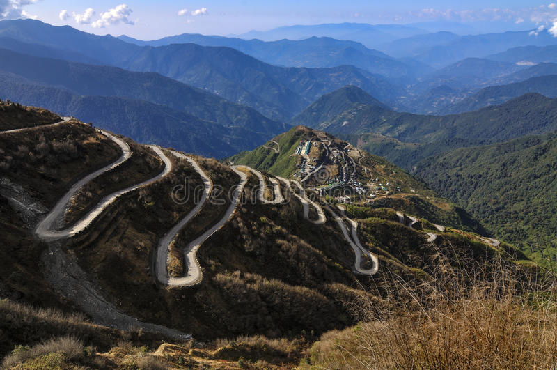 Caminos Curvy en ruta comercial de seda del ruta, de seda entre China y la India viejas, Dzuluk, Sikkim imagen de archivo libre de regalías
