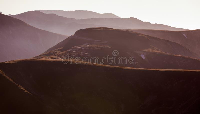 Caminos Curvy hermosos en las montañas Carpati imagenes de archivo