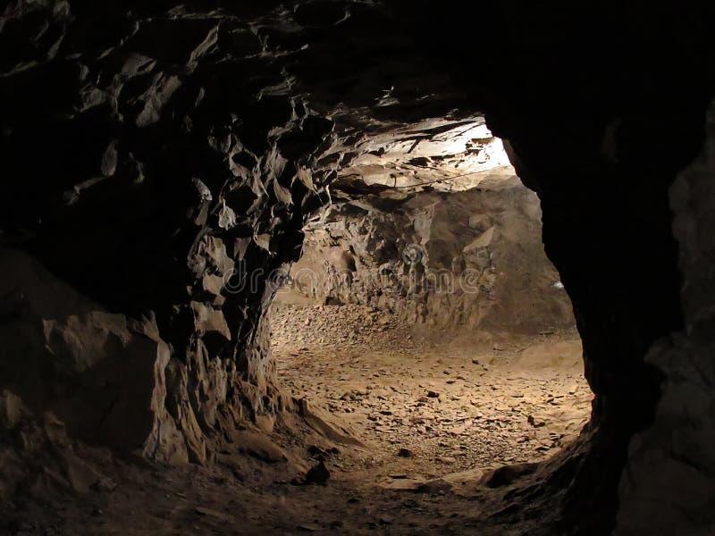 Caminos dentro de una mina oscura fotos de archivo libres de regalías