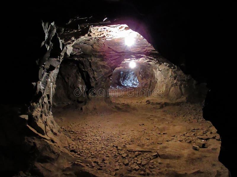 Caminos dentro de una mina oscura fotografía de archivo libre de regalías
