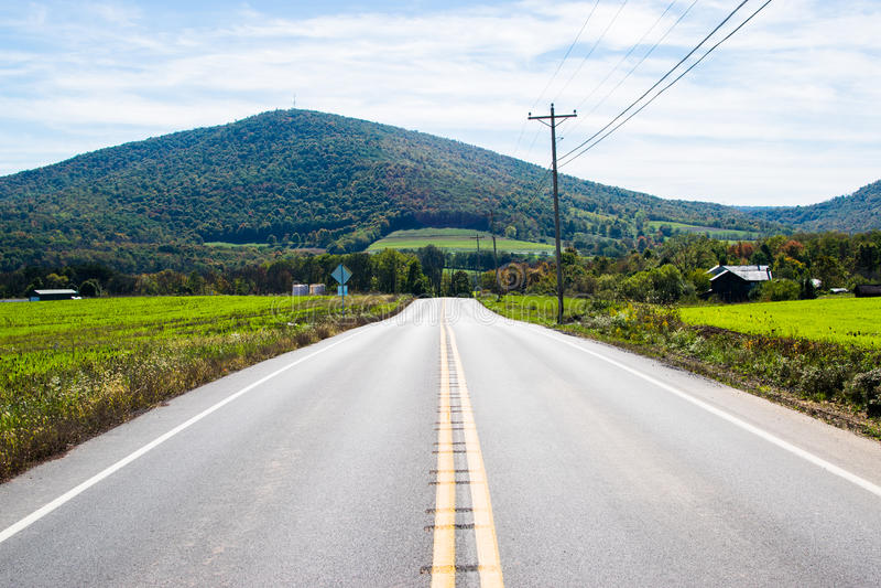 Caminos enormes de las tierras de labrantío que fluyen alrededor del lago Raystown, en Pennsylvani imagen de archivo libre de regalías