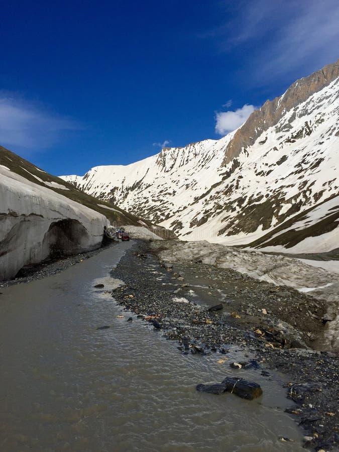 Caminos peligrosos - paso de Jojila, la India fotografía de archivo