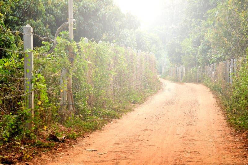 Caminos rurales con la cerca fotografía de archivo libre de regalías