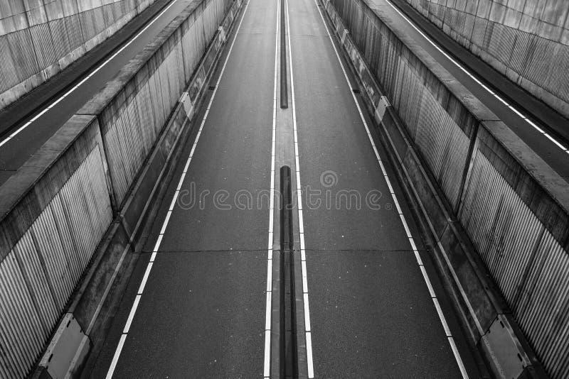 Caminos vacíos en un túnel imagenes de archivo