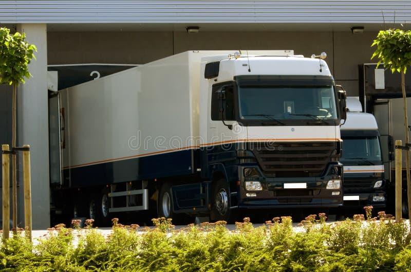 Camion à l'embarcadère photographie stock libre de droits
