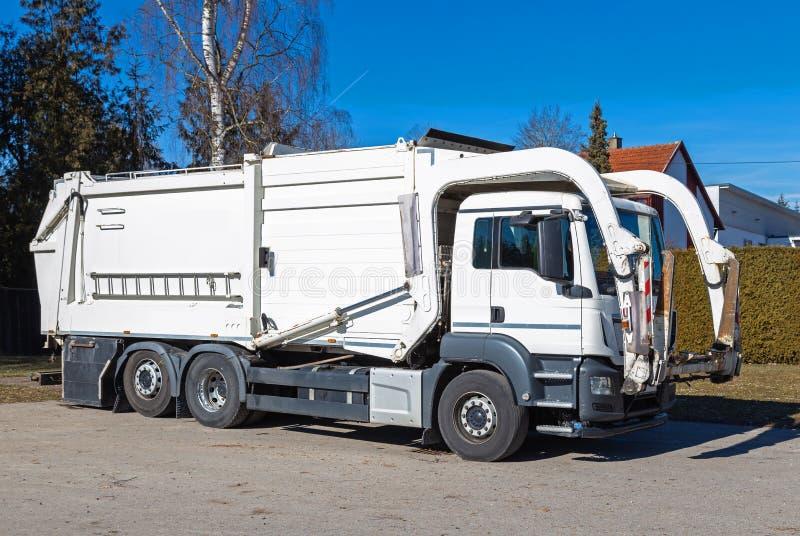 Camion à ordures avec le chargeur avant photos libres de droits