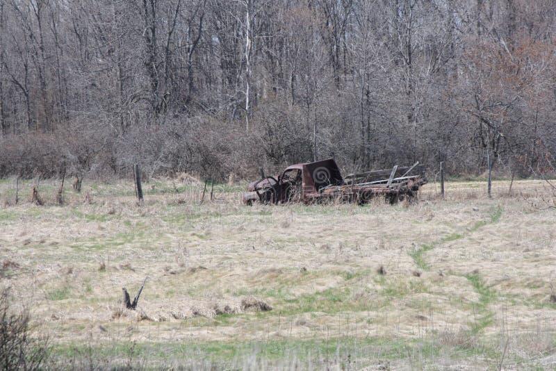 Camion à plat abandonné de vieux véhicule dans le domaine photographie stock libre de droits