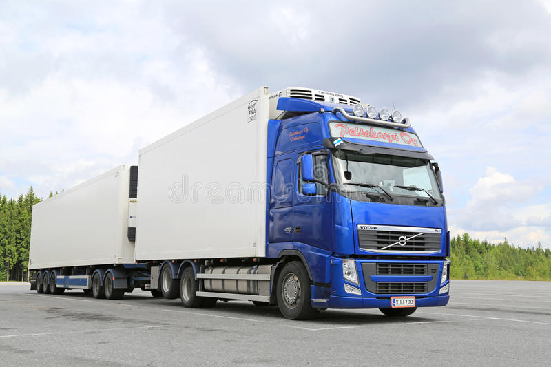 Camion à température contrôlée bleu de Volvo FH images libres de droits