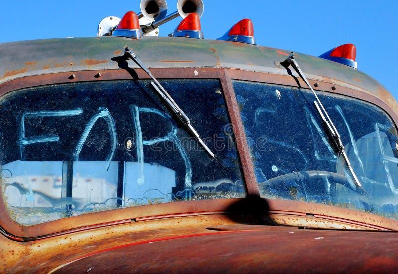Camion abandonné par cru photographie stock libre de droits