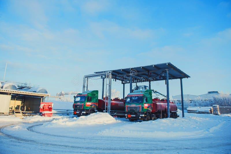 Camion all'azienda agricola di carro armato Centro della raffineria in Siberia ad ovest Concetto di inverno immagine stock libera da diritti