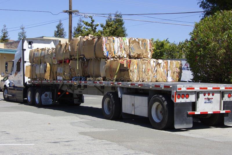 Camion americano con molta carta straccia fotografia stock