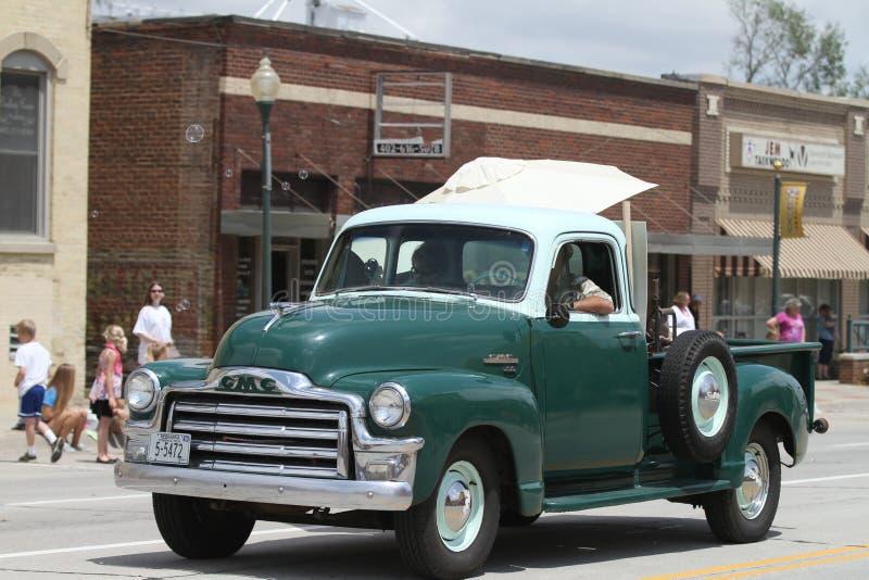 Camion antico in una parata in cittadina America immagine stock