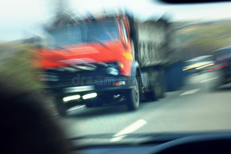 Camion avec la cabine rouge sur la route dans le mouvement Taux d'accidents image libre de droits