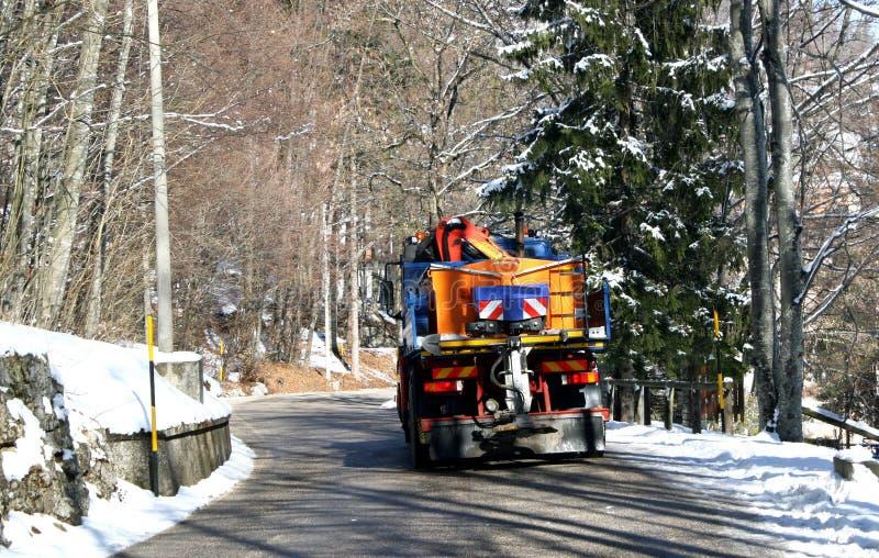 Camion avec le chasse-neige et le sel répandu image libre de droits