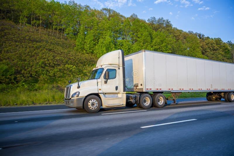 Camion bianco dei semi della carrozza di giorno del grande impianto di perforazione con il diruttore del tetto che trasporta cari fotografie stock