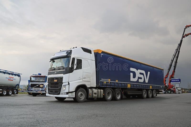 Camion bianco dei semi di Volvo FH 500 a Demo Drive immagine stock