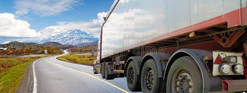 Camion bianco su una strada della montagna immagine stock