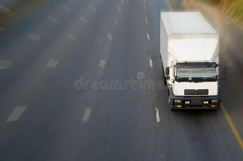 Camion bianco sulla strada principale fotografia stock