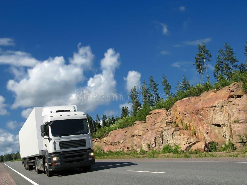 Camion bianco sulla strada principale rocciosa fotografia stock libera da diritti