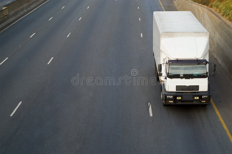 Download Camion blanc sur l'omnibus image stock. Image du route - 2149681