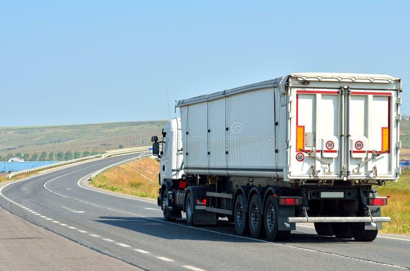 Camion blanc sur la route photo stock