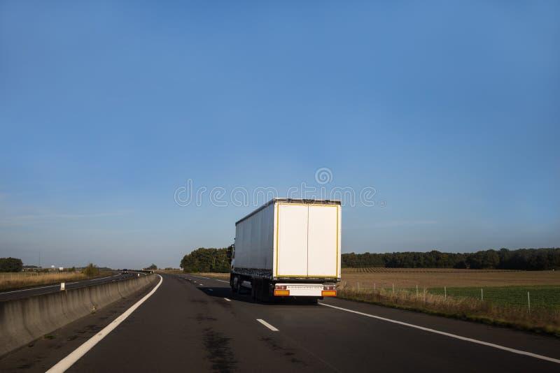 Camion blanc sur une route ouverte image libre de droits
