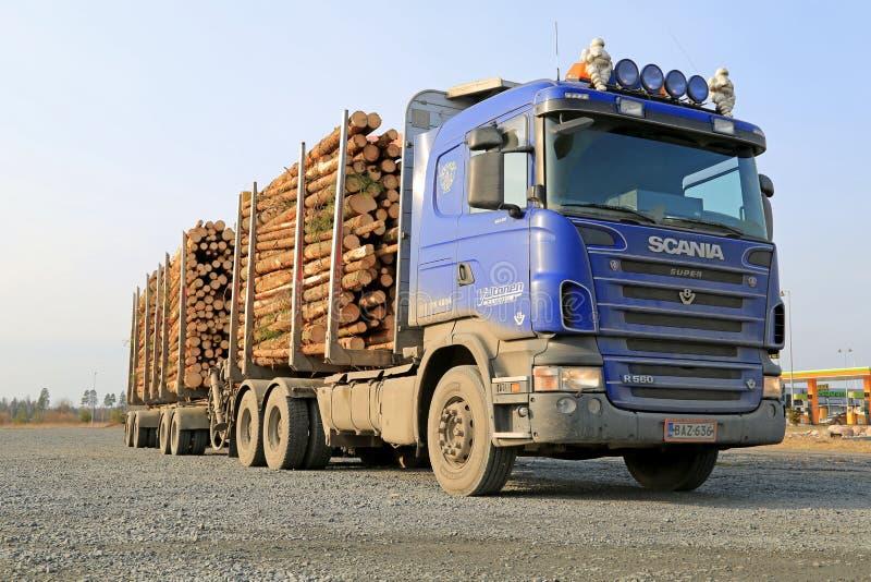 Camion bleu de bois de construction de Scania V8 photo libre de droits