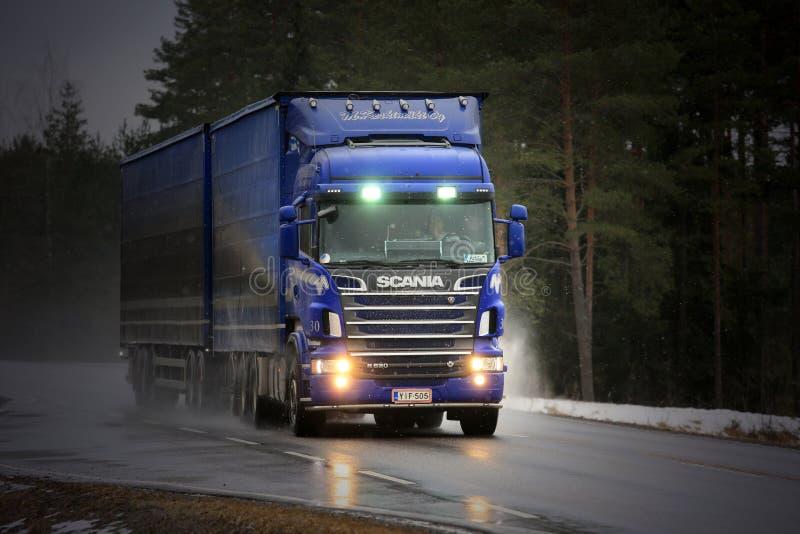 Camion bleu de cargaison de Scania R620 troquant en temps pluvieux image libre de droits