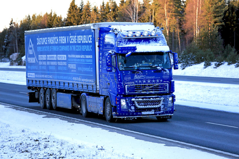 Camion bleu de Volvo FH12 460 semi troquant en neige et glace photographie stock