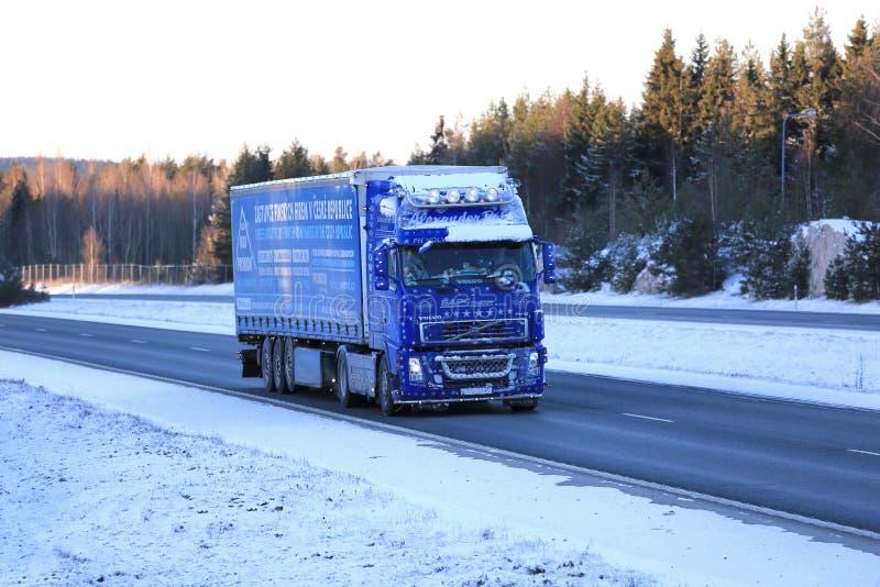 Camion bleu givré de Volvo FH12 semi sur la route d'hiver photographie stock libre de droits