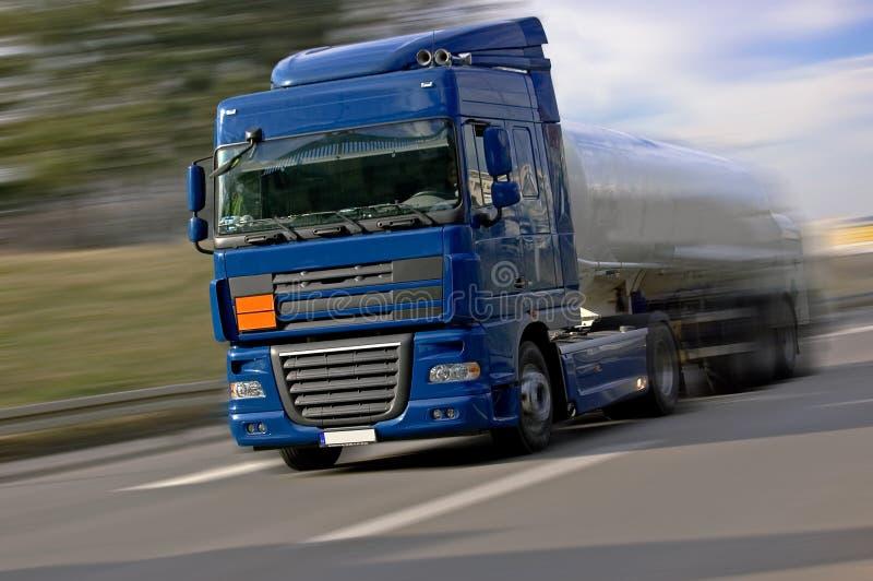 Camion blu che guida velocemente immagine stock libera da diritti