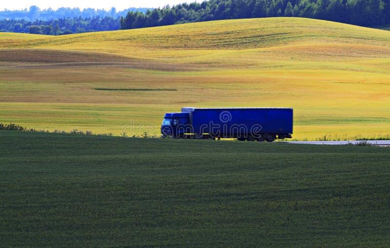 Camion blu nella strada. immagine stock libera da diritti